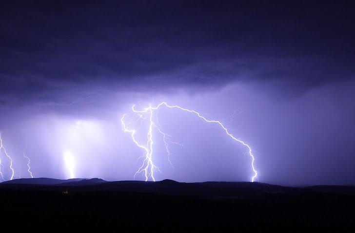 暗雲からほとばしる雷