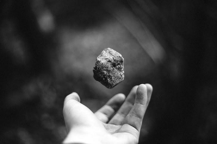 手の上で浮遊している小石