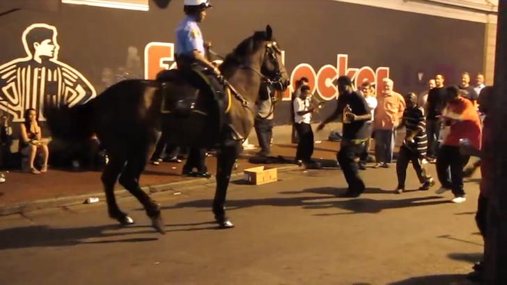 ジャズにぴったり合った騎馬警察のダンス