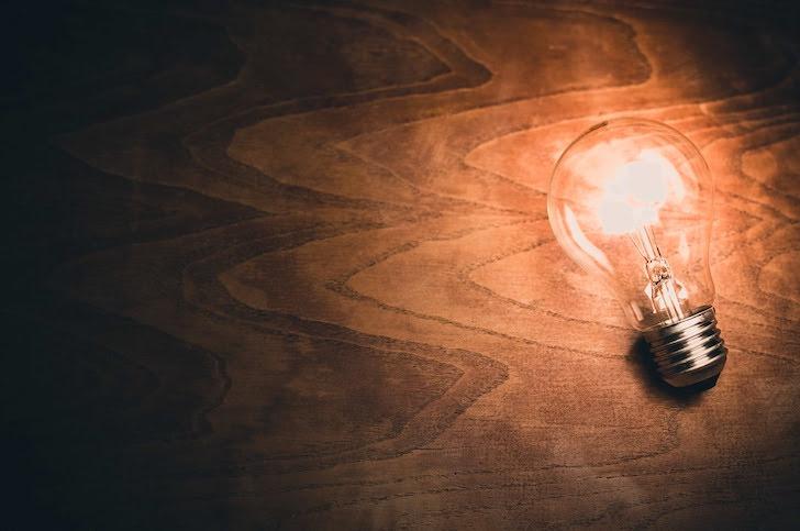 ひらめきを表す電球の明かり