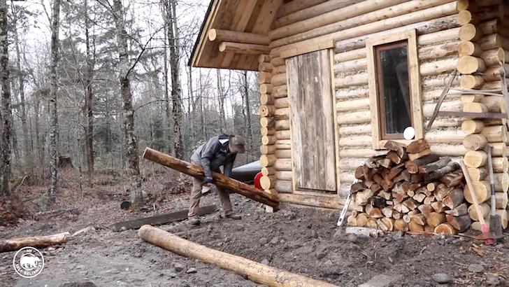 一人でログハウスを作り上げる男性