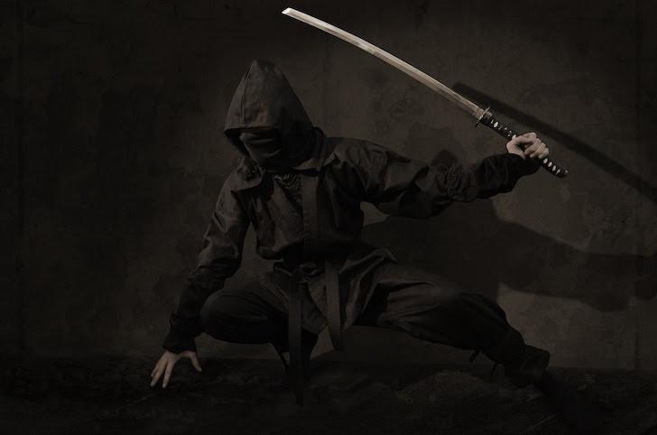忍刀を手にする忍者