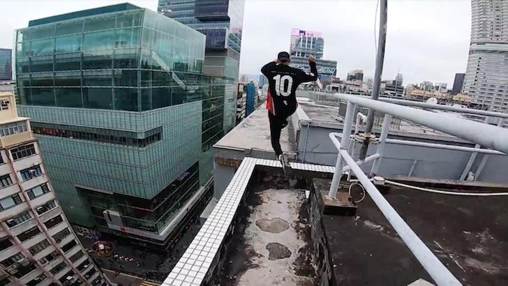 高層ビルを跳び回る男性たち