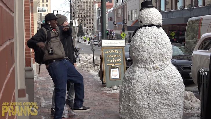 突如動き出した雪だるまに仰天する男性たち