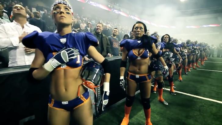 試合前に精神を高揚させる女性アメリカンフットボール選手たち