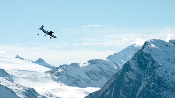ウイングスーツを着て大空を滑空する男性たち