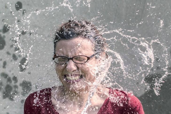 水しぶきを受ける女性