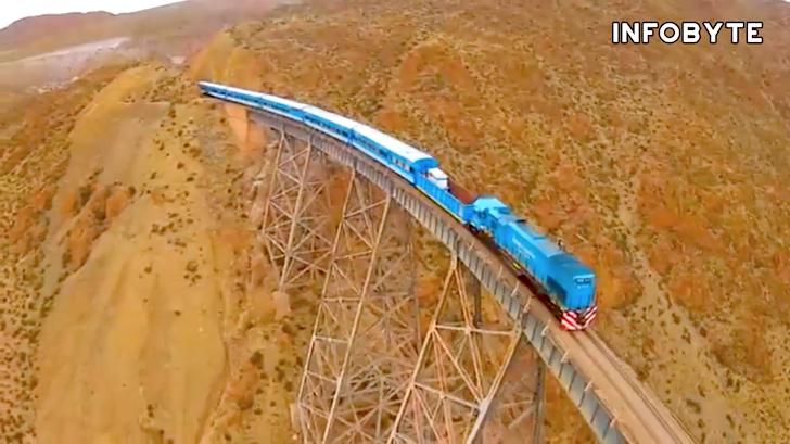 高所をゆっくり進む列車