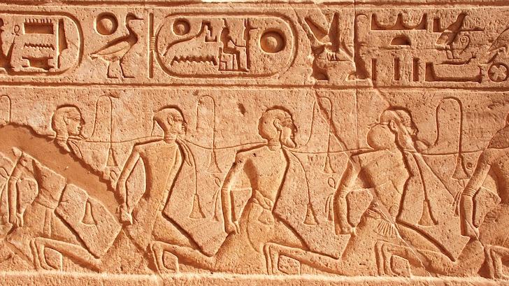 土壁に刻まれた象形文字