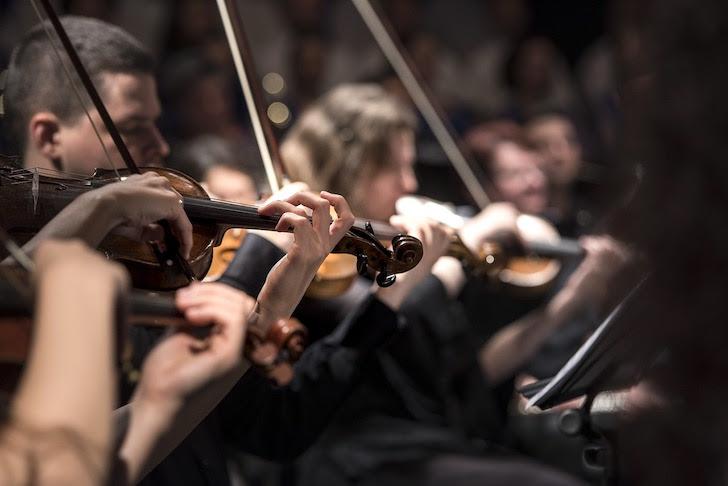 オーケストラの演奏風景