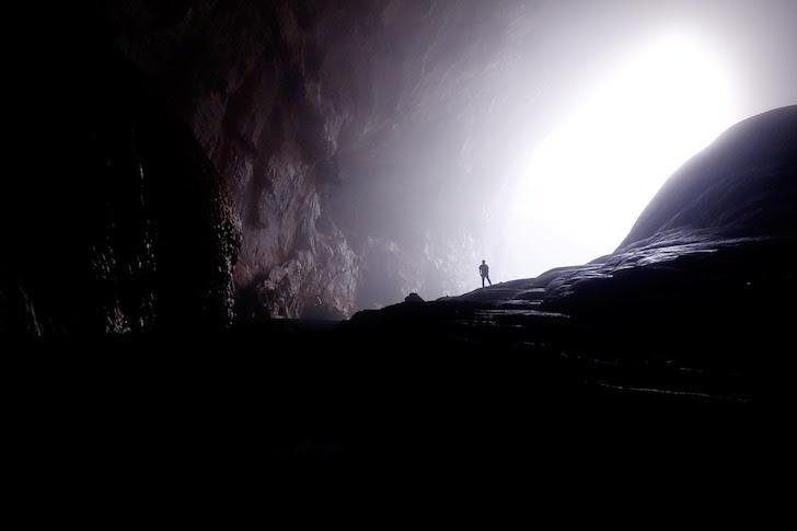 光が差す洞窟の入り口
