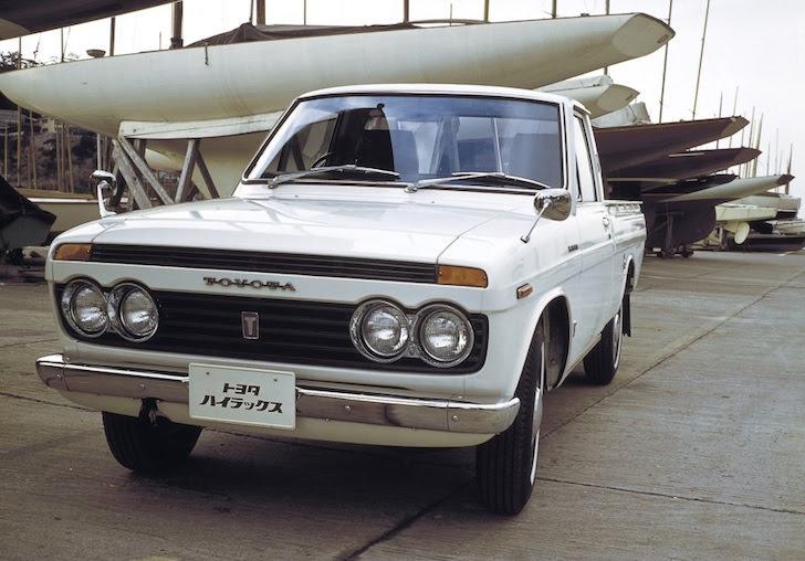 斜め前方から見た白色の初代トヨタ・ハイラックス