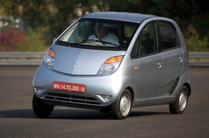 斜め前方から見た銀色の初代Tata・Nano