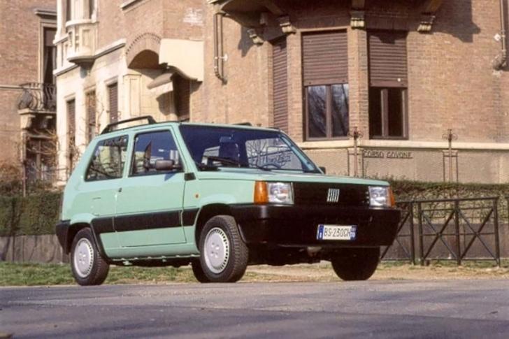 町中に停車している水色の初代FIAT Panda