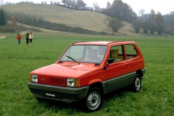 原っぱに停車している赤色の初代FIAT Panda