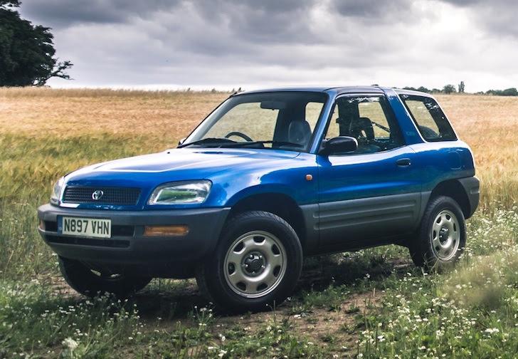 斜め前方から見た青色の初代トヨタ・RAV4