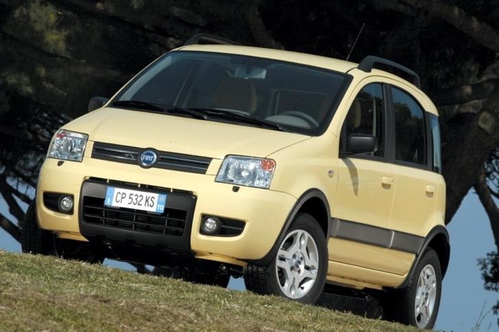 斜め前方から見た黄色の2代目FIAT Panda