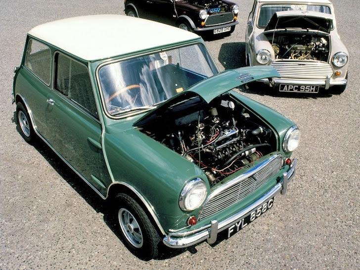 斜め前方から見た1963年式の若草色のAustin Mini Cooper S