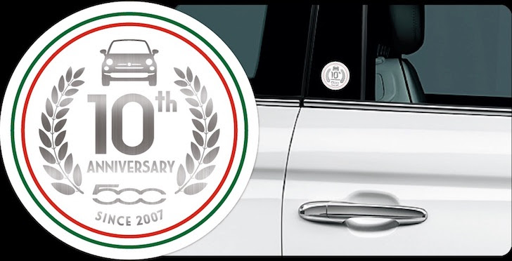 FIAT 500 Super Pop 10th Anniversaryの特別装備であるFIAT 500 10th Anniversary エンブレム