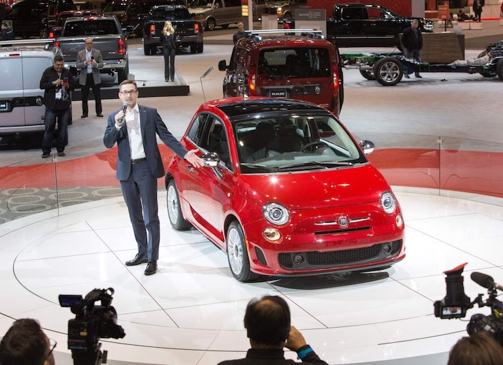 シカゴオートショーで披露された赤色の新しいFIAT 500