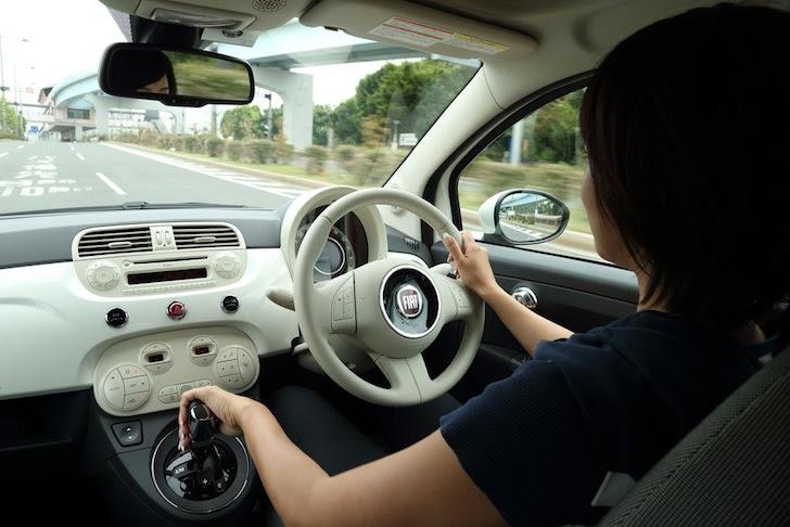 FIAT 500を運転中の女性