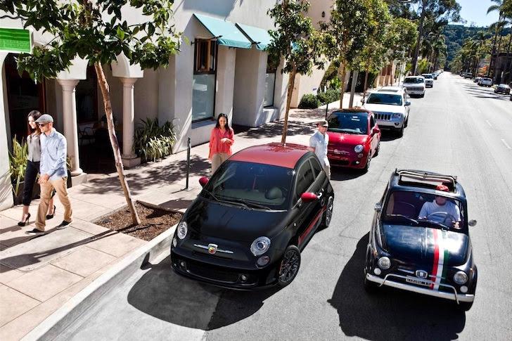 町中でFIAT 500に並んで停車するNOUVA 500