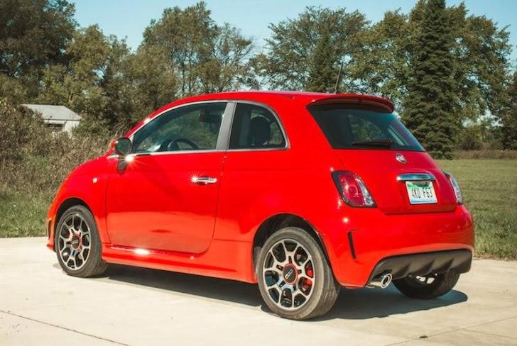 斜め後方から見た赤色のFIAT 500 Turbo