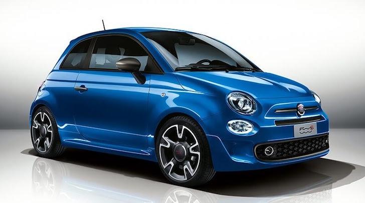 斜め前方から見た青色の英国版FIAT 500