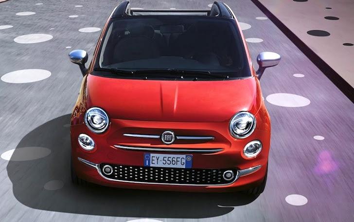 真正面から見た赤色のFIAT 500