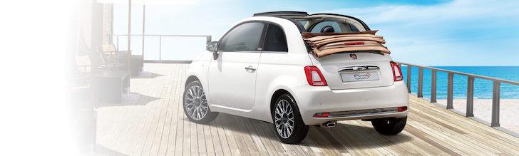 浜辺に停車している白色のFIAT 500C Ivory Top