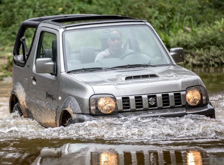 渡河する試運転中の新型スズキ・ジムニー