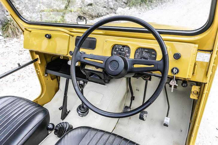 1972年式の黄色のジムニーの内装