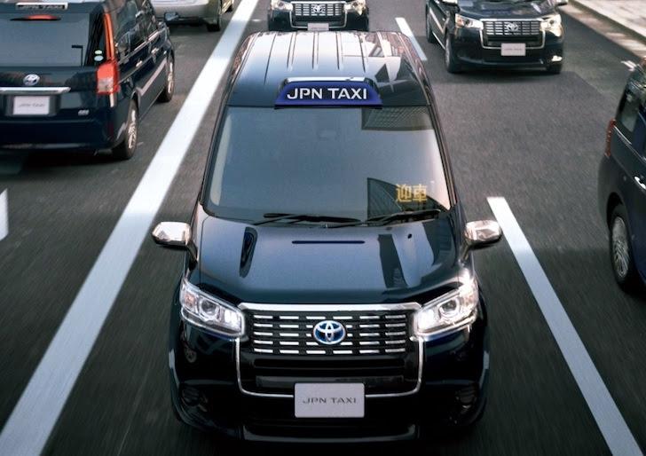 正面から見た深藍色のトヨタ・ジャパンタクシー