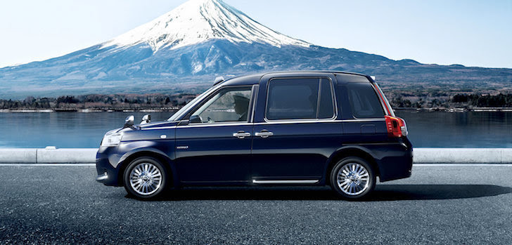 側方から見た黒色のトヨタ・ジャパンタクシー
