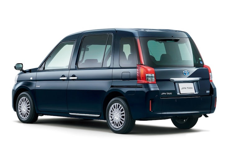 斜め後方から見た深藍色のジャパンタクシー