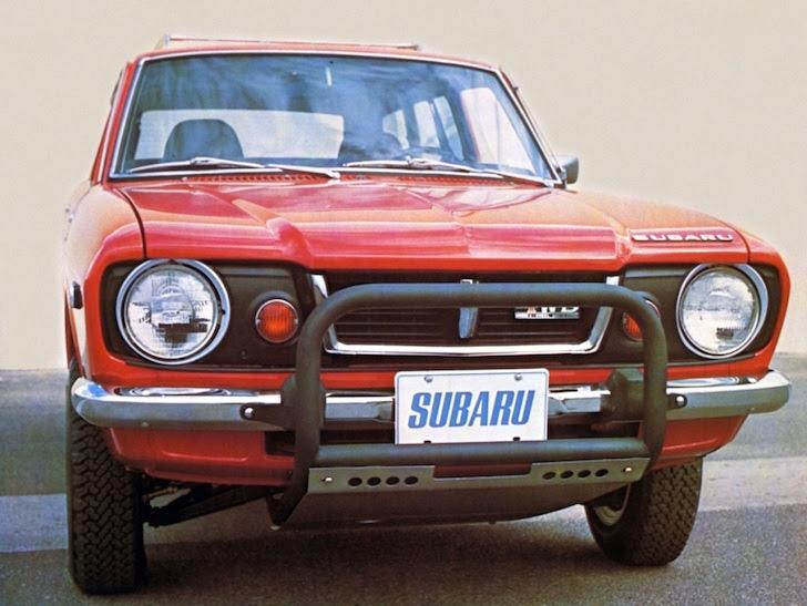 前方から見た1971年式の赤色のスバル・レオーネ