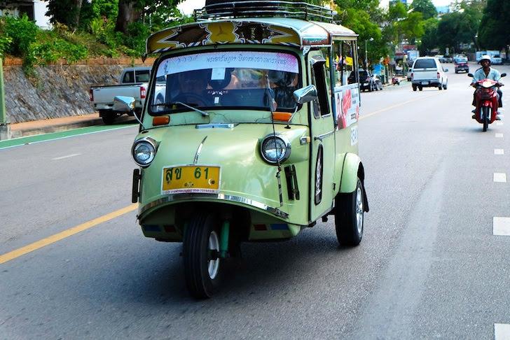 タイの町中を走るミゼット