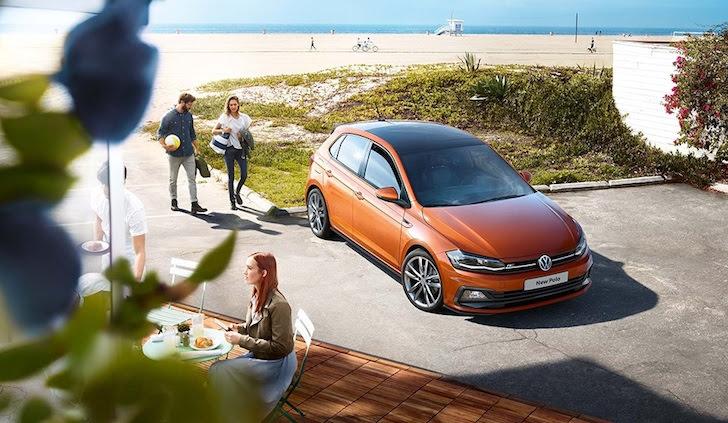 海沿いに駐車しているだいだい色の新型6代目フォルクスワーゲン・ポロ