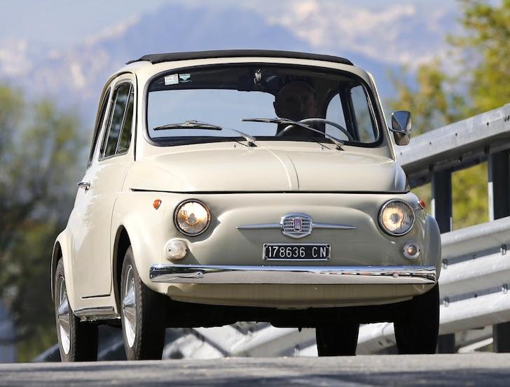 前方から見た1963年式のベージュ色のNUOVA 500