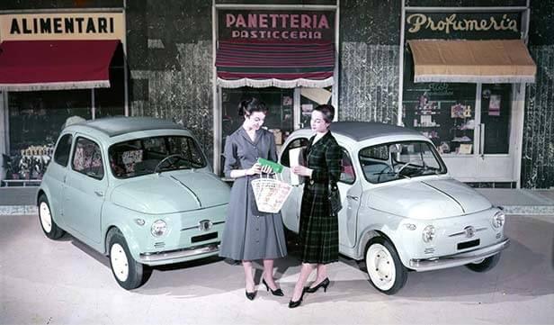 若草色と白色のNUOVA 500と二人の女性