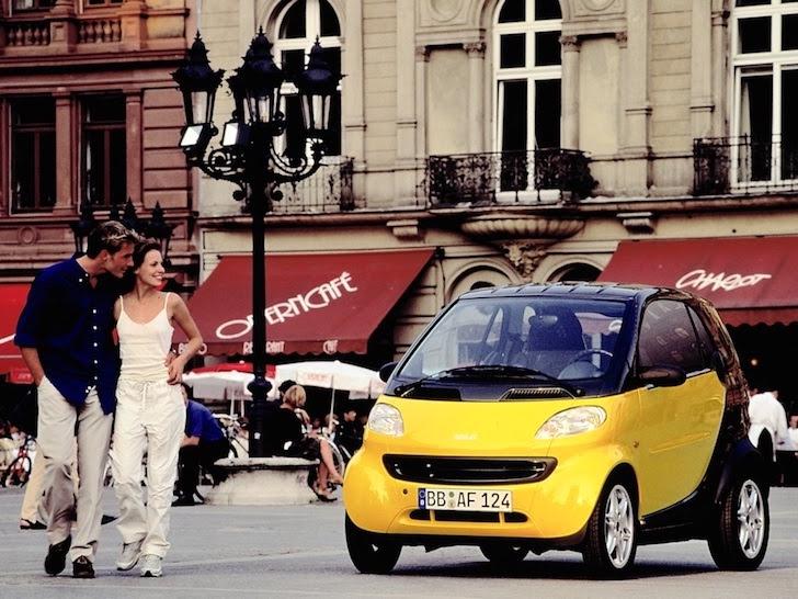 町中に停車されている黒色と黄色のツートンカラーのスマート・フォーツー