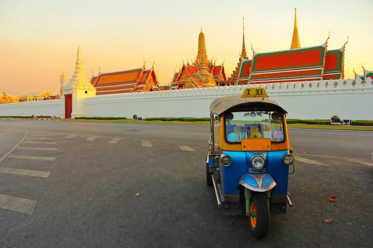 前方から見たバンコクのワット・プラケーオ前に停車するトゥクトゥク