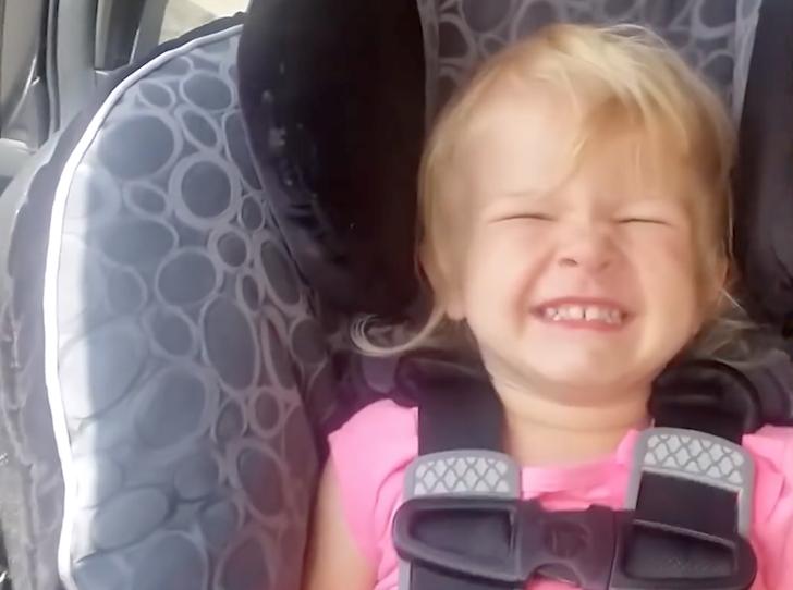 満面に笑みを浮かべる少女
