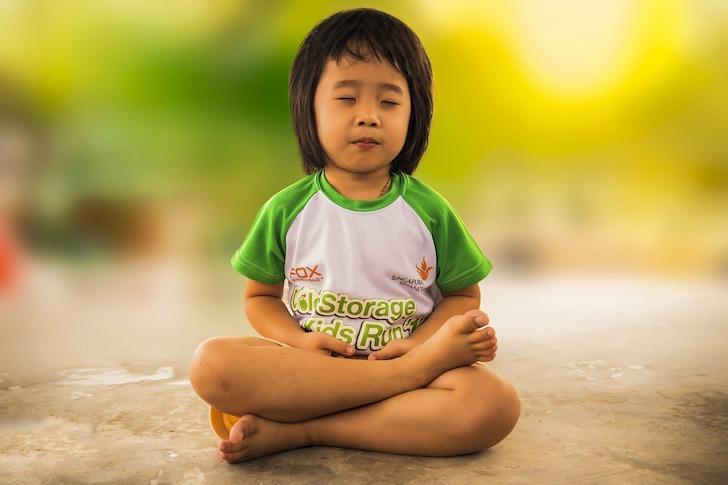 瞑想をする子ども