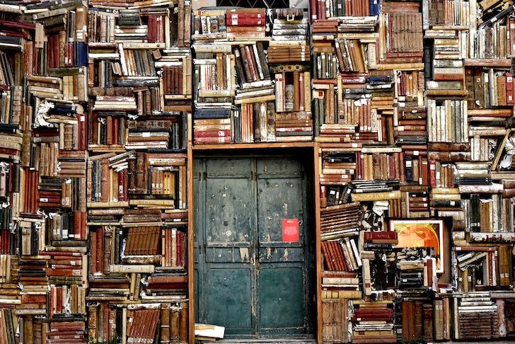 書籍で形成された出入り口