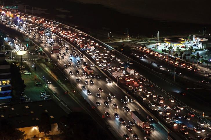 夜間の交通渋滞