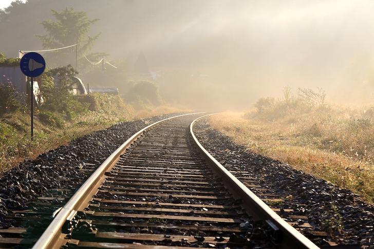 霧がかかる線路