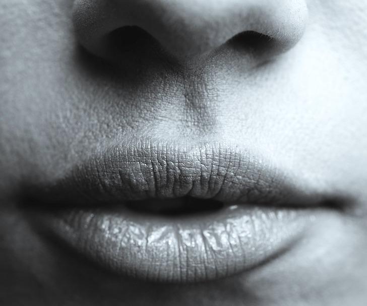 閉じられた女性の口