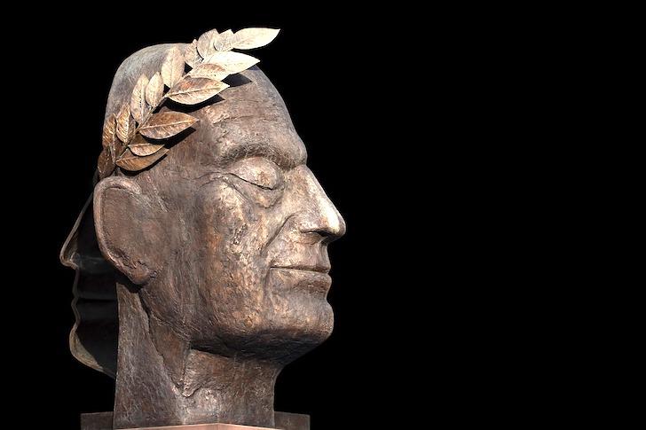 横顔の彫像