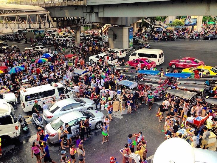 バンコクの水掛け祭りの様子